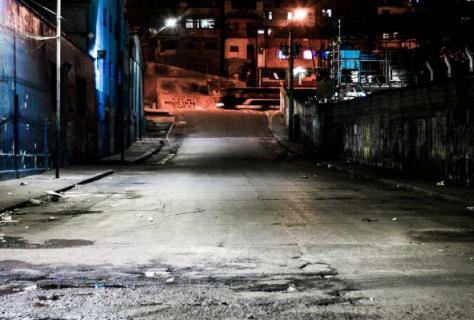 Hasta las 3 de la mañana a caminar te invito Andar por las calles mas peligrosas donde abunda el delito. Catia 11pm foto @brankozs